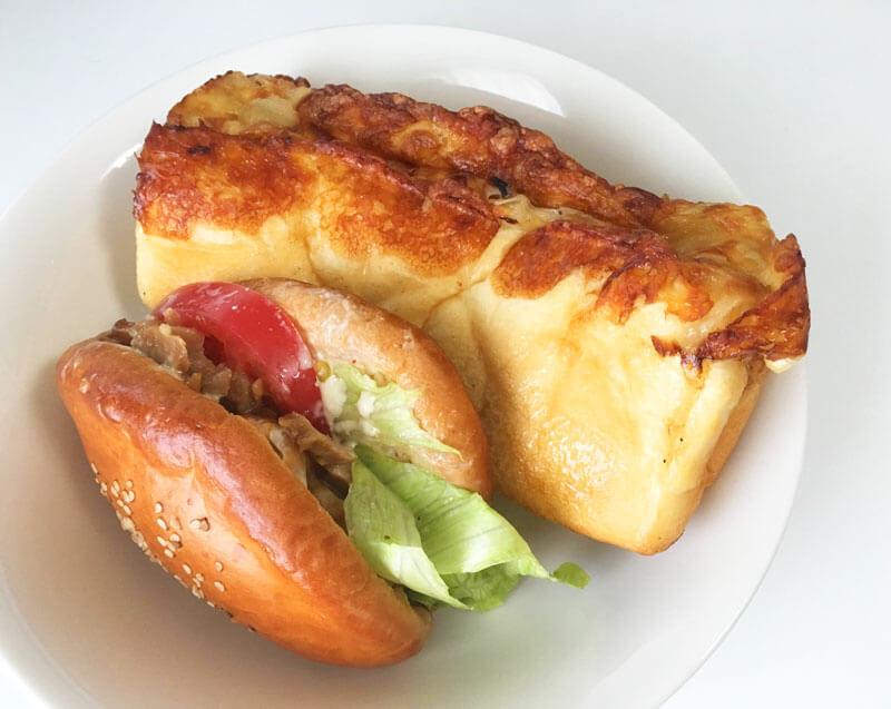 ラッヘン (Lachen)照り焼きチキンバーガーとチーズオニオンパン